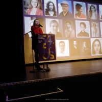 Tag 1 – Festivalleiterin Julia Scheck eröffnet das Festival im Saal der Lagerhalle, im Hintergrund die einige Gäste aus den Kurzfilmprogrammen