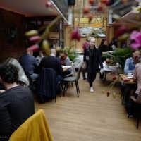 Tag 4: Das Team und die Filmgäste treffen sich zum Frühstück im Zimmer No. 4