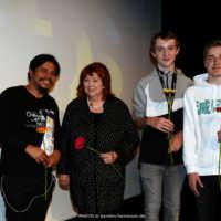 Tag 4: Preisträger Jun Sabayton (Balangiga: Howling Wilderness) mit Stadträtin Brigitte Neumann und der Kinder- und Jugendjury