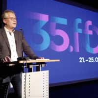 Tag 1 – Mitglied des Stadtrates Osnabrück Günter Sandfort hält zur Eröffnung eine Ansprache im Saal der Lagerhalle
